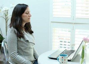 Online Mindfulness bij kanker en chronische aandoening deelnemer mediterend